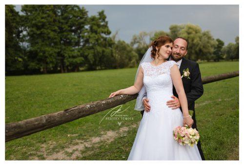 nevěsta a ženich na focení u ohrady svatební fotograf