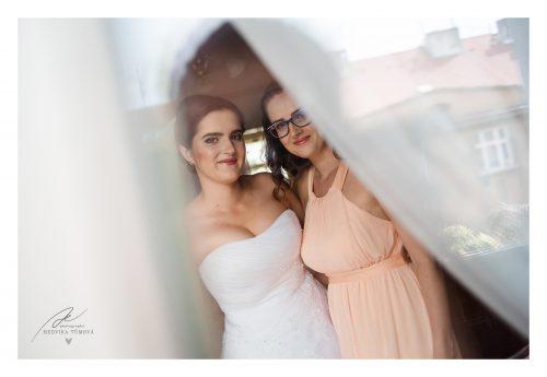 nevěsta a sestra odraz v okně