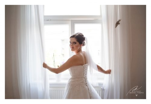 nevěsta se dívá z okna záclony