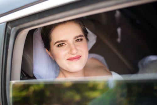 příjezd nevěsty v autě
