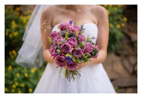 fialová růžová svatební kytice