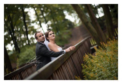 svatební focení v zámeckém parku na mostě