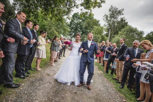 Svatba ve mlýně Davídkov, svatební špalír, svatební fotograf