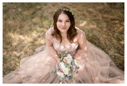 nevěsta s růžovými šaty v boho stylu svatební fotograf
