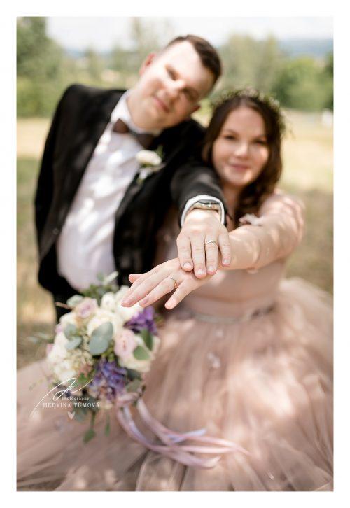 snubní prsteny na rukou nevěsty a ženicha svatební fotograf
