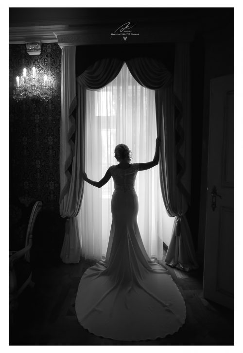 nevěsta u okna silueta na zámku Jablonná nad Vltavou svatební fotograf