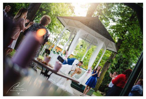 Villa Voyta svatba v altánku svatební fotograf praha