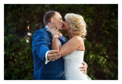 svatební prskavka ve tvaru srdce ve Villa Voyta svatební fotograf