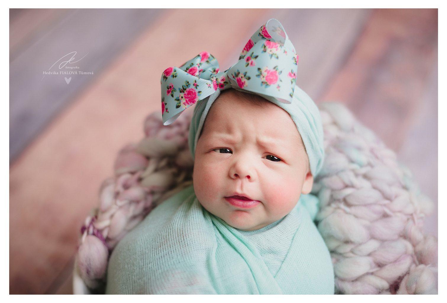 Focení novorozenců holčička s mašlí ceník galerie