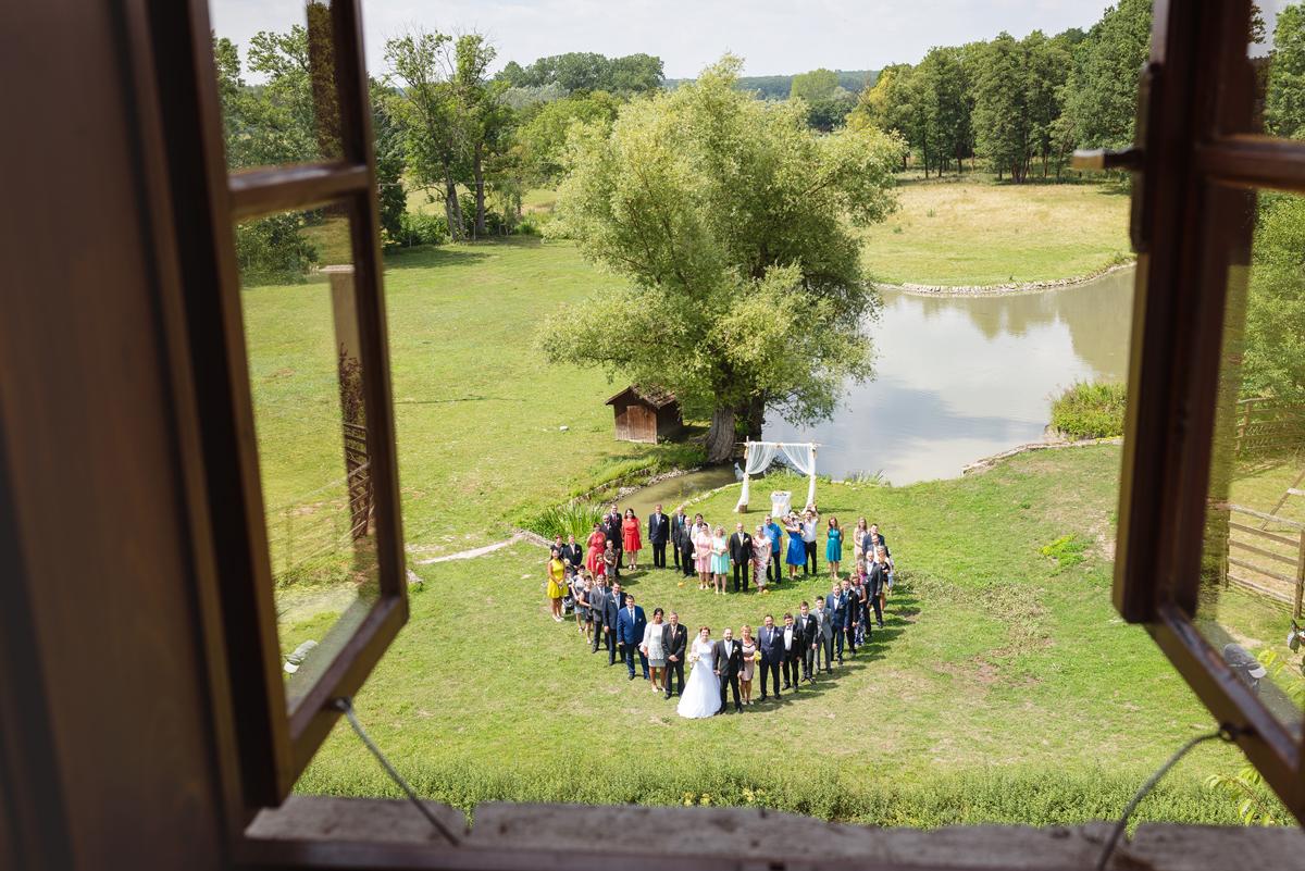 svatební fotografie ve tvaru srdce