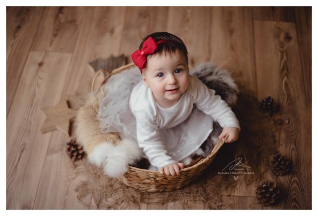 vánoční focení dětí holčička s červenou maší v košíku