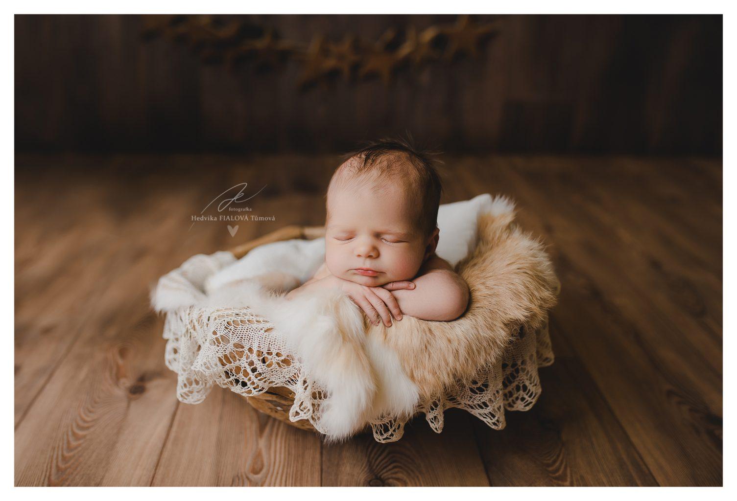 miminko v kožešině a krajce profi foto