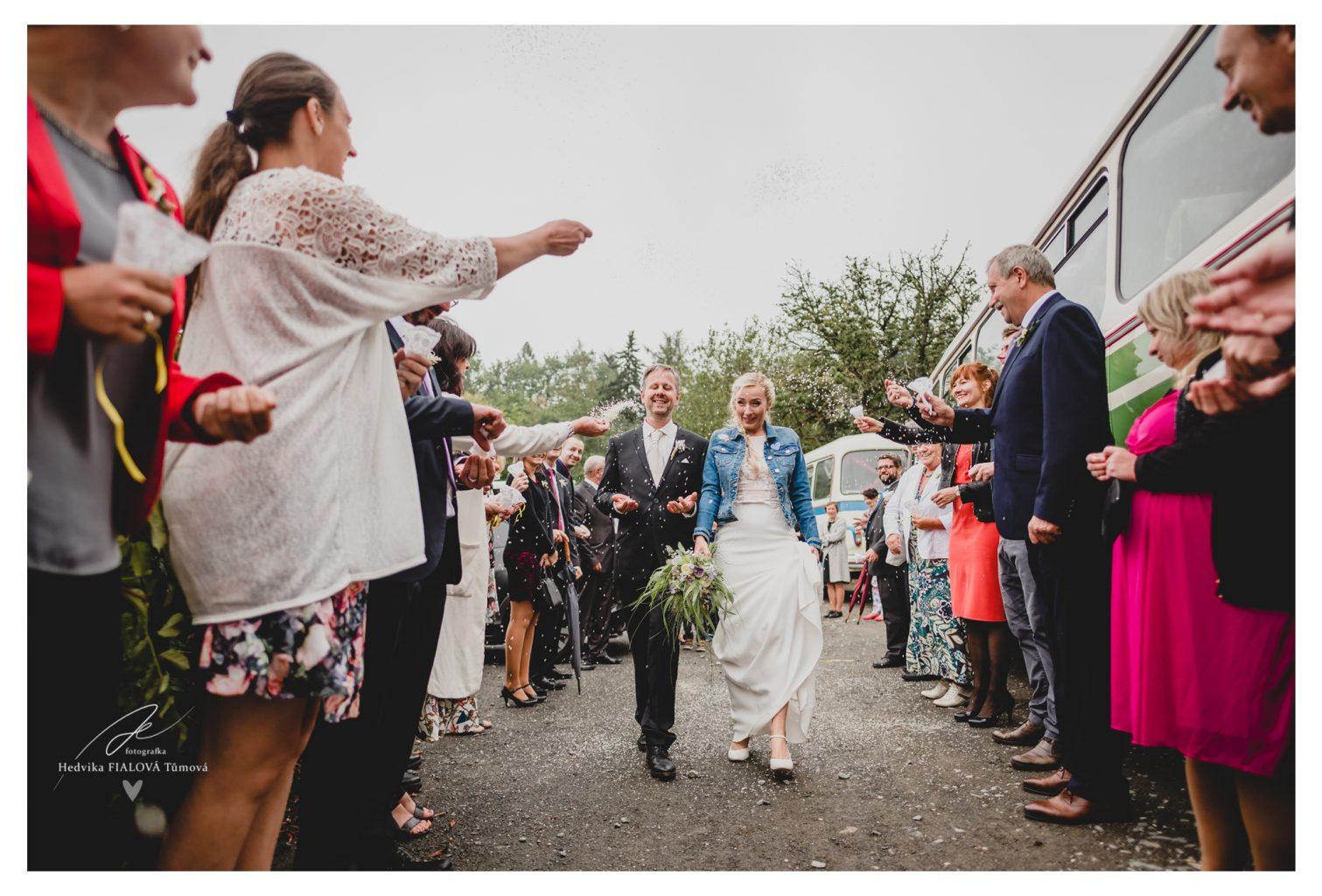svatební špalír házení rýže na nevěstu a ženicha